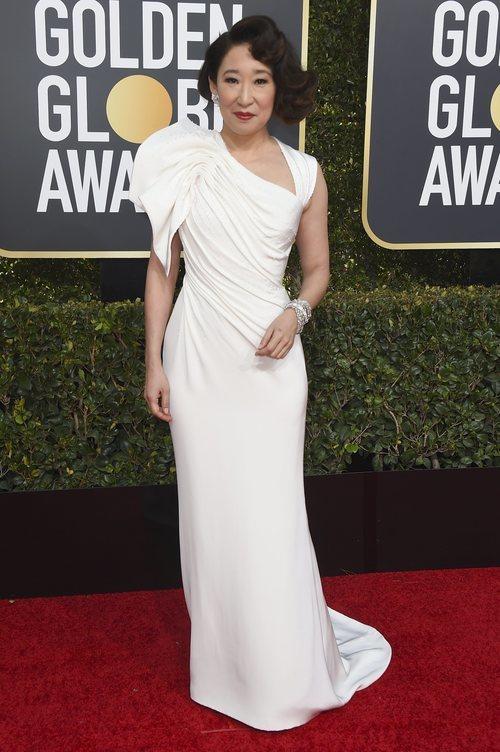 Sandra Oh con un vestido blanco de Versace en la alfombra roja de los Globos de Oro 2019