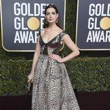 Anne Hathaway con un vestido de Elie Saab en la alfombra roja de los Globos de Oro 2019