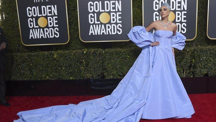 Lady Gaga con un vestido de Valentino en los Globos de Oro 2019