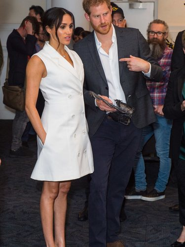 Meghan Markle con un vestido blanco estilo americana en un acto oficial