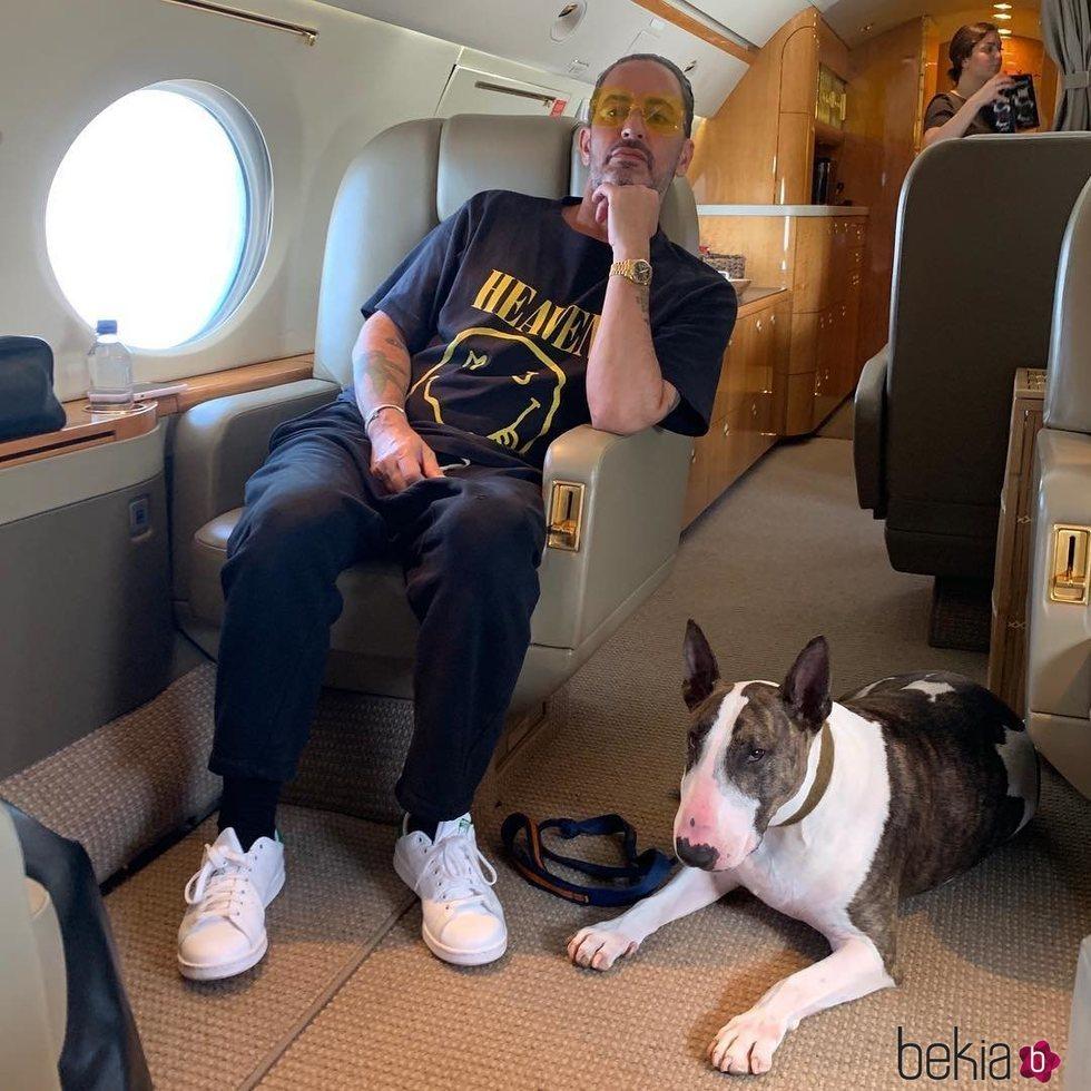 Camiseta negra de Marc Jacobs con el estampado de una cara sonriente en color amarillo 2019