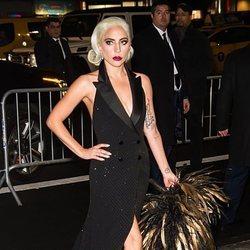 Lady Gaga con un vestido estilo smoking de Ralph Lauren