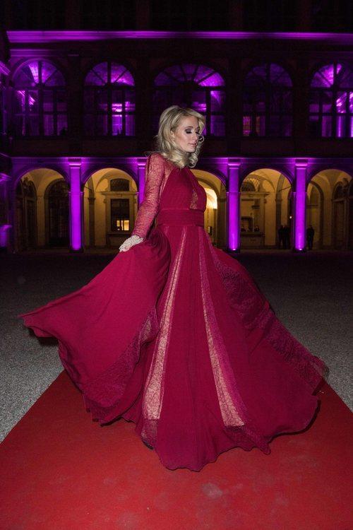 Paris Hilnton un vestido largo burdeos en la 95 Pitty Uommo de Florencia 2019
