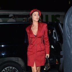 Irina Shayk con un total look de Versace en Nueva York
