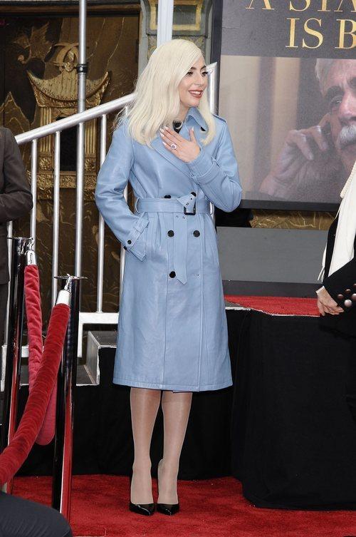 Lady Gaga con un trench azul celeste de Fay