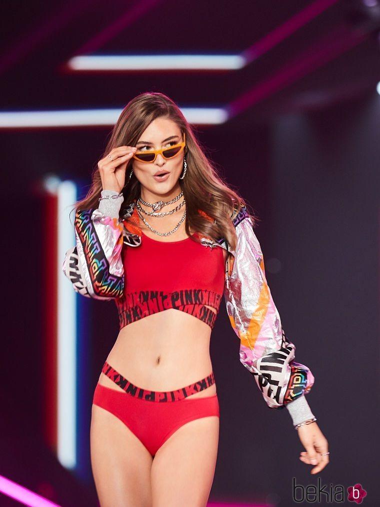 Modelo con unas gafas de ojo de gato naranjas de Victoria's Secret y Marcolin 2019