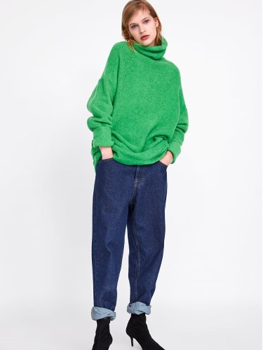 Modelo con un conjunto oversize de la nueva colección de Zara 2019