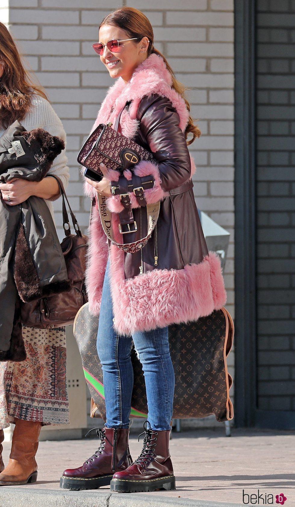 Paula Echevarría con un abrigo un tanto estridente en color rosa y burdeos