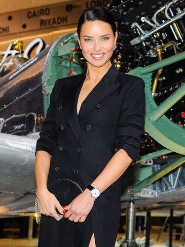 Adriana Lima con un vestido estilo smoking de Michael Kors en el Salón de la Alta Relojería en Suiza