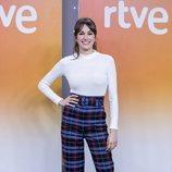 Ariana Martínez luciendo un pantalón de cuadros grandes en la presentación de 'Derecho a soñar'