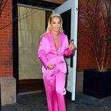 Rita Ora con un traje pantalón fucsia por las calles de Nueva York