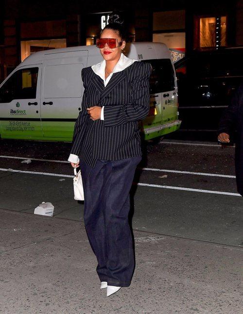 Rihanna con una americana de raya diplomática, jeans y sudadera blanca en Nueva York