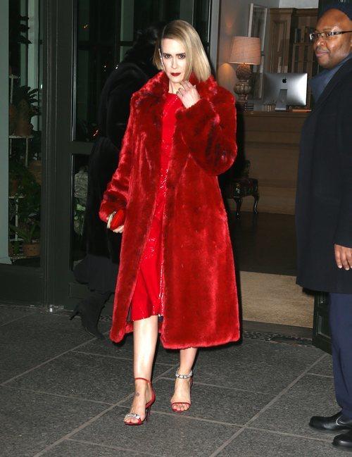 Sarah Paulson un look total red en Nueva York
