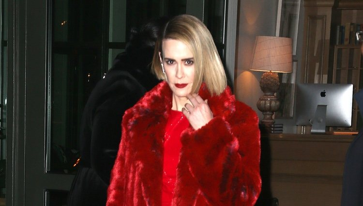 Sarah Paulson un look total red en Nueva York