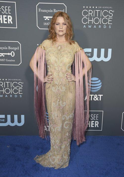 Carrie Keagan con un vestido de manga de flecos en los Critics' Choice Awards 2019