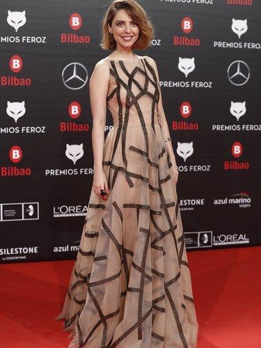 Leticia Dolera con un vestido en nude y rayas asimétricas en los Premios Feroz 2019