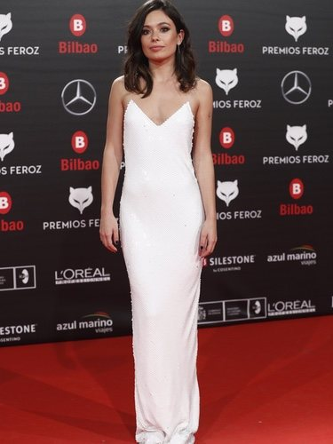 Anna Castillo con vestido blanco sencillo en los Premios Feroz 2019