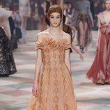 Vestido ocre de la colección de Alta Costura de Christian Dior para primavera/verano 2019 presentada en París