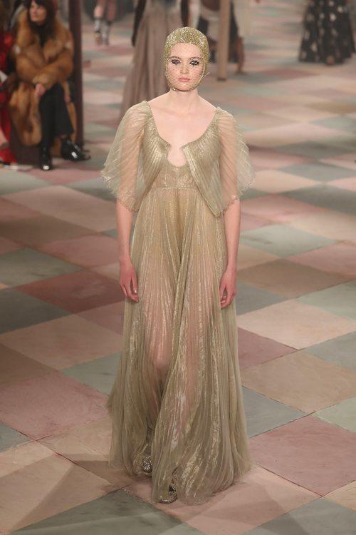 Vestido dorado de la colección de Alta Costura de Christian Dior para primavera/verano 2019 presentada en París