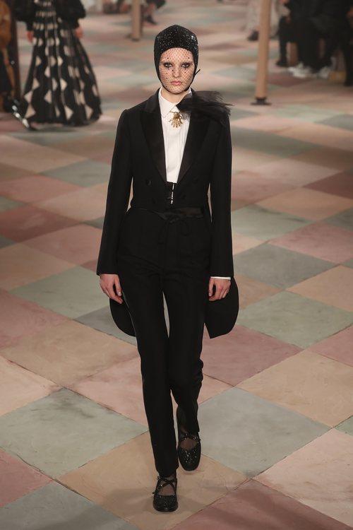 Traje negro de la colección de Alta Costura de Christian Dior para primavera/verano 2019 presentada en París