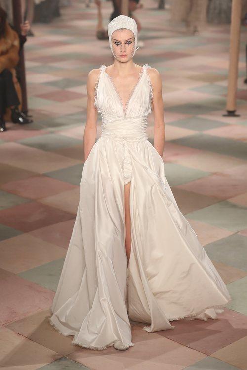 Vestido blanco de la colección de Alta Costura de Christian Dior para primavera/verano 2019 presentada en París