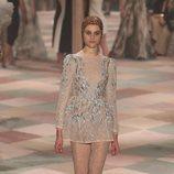 Minivestido beige con brillos de la colección de Alta Costura de Christian Dior para primavera/verano 2019 presentada en París