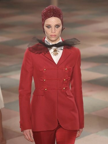 Traje rojo de la colección de Alta Costura de Christian Dior para primavera/verano 2019 presentada en París