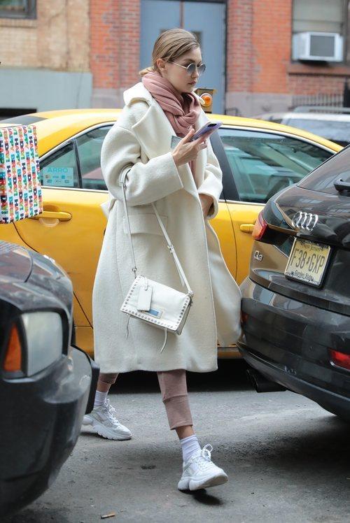 Gigi Hadid con abrigo largo blanco