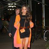 Olivia Culpo vestida de negro y naranja