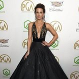 Kate Beckinsale con vestido negro en los Producers Guild Awards 2019