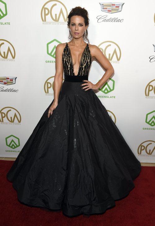 Kate Beckinsale con vestido negro en los Producers Guild Awards 2019