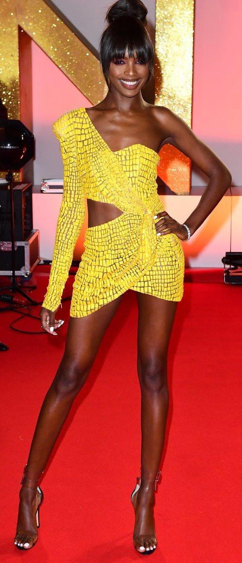 Leomie Anderson con vestido amarillo en los National TV Awards 2019