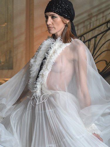 Nieves Álvarez en la pasarela de Stephane Rolland en París