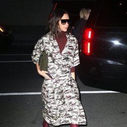Victoria Beckham en Nueva York luciendo un look casual de estampado militar burdeos