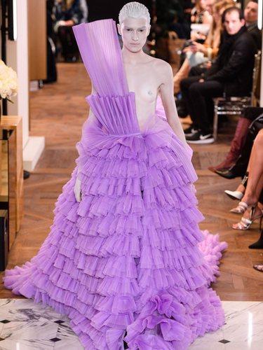 Vestido malva de tull en el desfile de Alta Costura Primavera 2019 de Balmain
