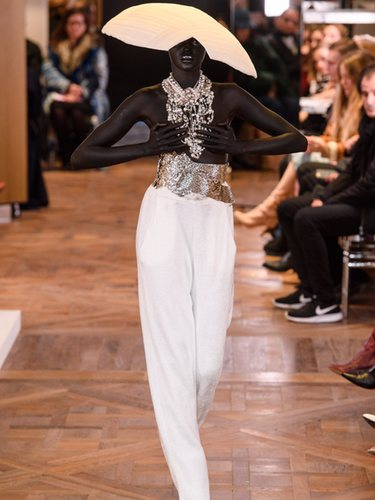Modelo con un pantalón y joyas de Alta Costura Primavera 2019 de Balmain