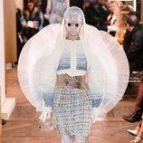 Vestido con mangas en tres dimensiones de tull y capucha de la colección Alta Costura Primavera 2019 de Balmain