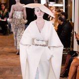 Abrigo largo blanco con cinturón y mangas capa de la colección Alta Costura Primavera 2019 de Balmain