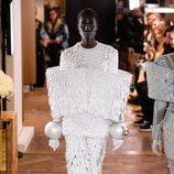 Dos piezas con tejido simulando plumas y detalles de tulipa de la colección Alta Costura Primavera 2019 de Balmain