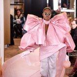 Blusa rosa a modo lazada con tejido escamado de la colección Alta Costura Primavera 2019 de Balmain