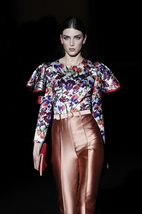 Blusa floral con volantes de la colección otoño/invierno 2019/2020 de Hannibal Laguna