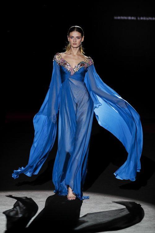 Vestido azul vaporoso de la colección otoño/invierno 2019/2020 de Hannibal Laguna