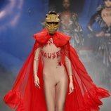 Body de polipiel con mensaje y capa roja con volantes de la colección otoño/invierno 2019 de Ana Locking