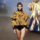 Bomber en tonos amarillos y negros con volantes y lentejuelas de la colección otoño/invierno 2019 de Ana Locking