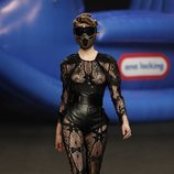Body con transparencias de rejilla y pantalón corsé de la colección otoño/invierno 2019 de Ana Locking