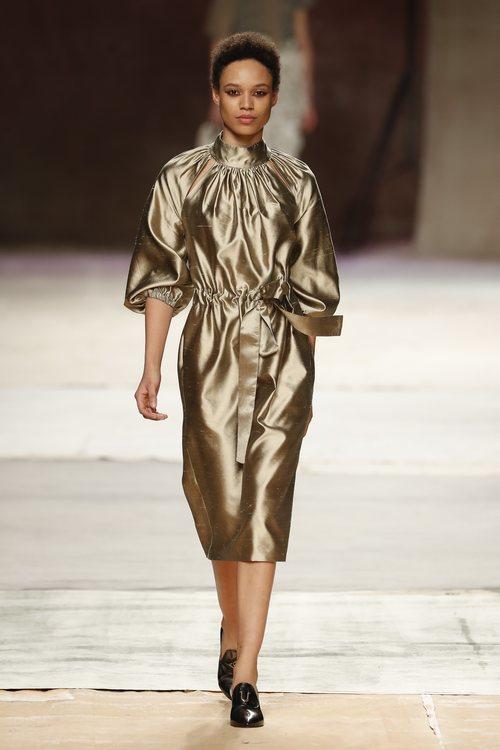 Vestido satinado de la colección primavera/verano 2019 de Roberto Verino