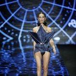 Ángela Ponce desfilando con un original traje de primavera/verano de 2019 de Andrés Sardá