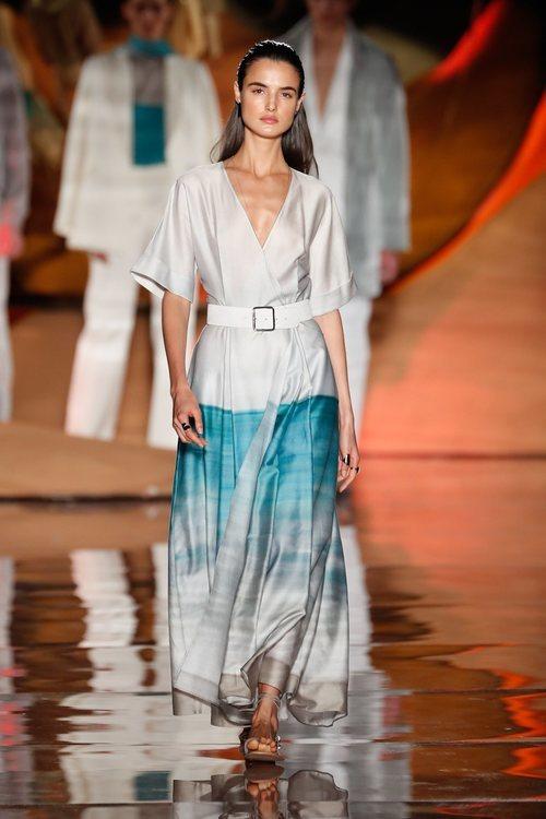Vestido fluido blanco y azul de la colección primavera/verano 2019 de Pedro del Hierro