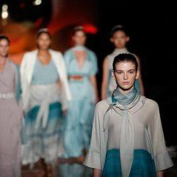 Modelos con diseños azules y blancos de la colección primavera/verano 2019 de Pedro del Hierro