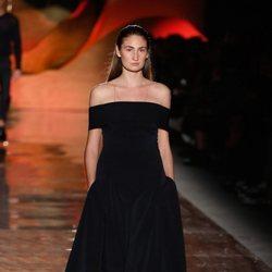 Vestido negro con el escote en palabra de honor de la colección primavera/verano 2019 de Pedro del Hierro